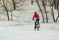 cycliste-professionnel-de-montagne-dans-la-formation-d-hiver-sur-les-collines-locales-57190274